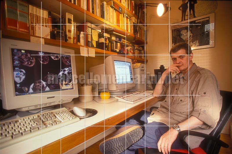 Milan, 1999. writer Tiziano Sclavi, creator of the comic book Dylan Dog, in his house  / Milano 1999. Lo scrittore Tiziano Sclavi, autore delle storie del fumetto Dylan Dog, nella sua casa - © Marcello Mencarini