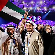 due uomini con la bandiera degli Emirati Arabi per festeggiare il passaggio di consegne per l'Expo 2020 Dubai.<br /> Cerimonia di chiusura di Expo 2015 Milano 31 ottobre 2015,