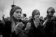 EGYPT, Cairo: Demonstration on Kasr el Nile bridge. The pray. ph. Christian Minelli.
