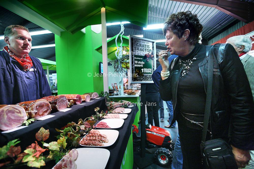 Nederland, Amsterdam , 7 november 2011..Vlees proeven en vlees bekijken tijdens de VAS Beurs (slagers vakbeurs) in de  Amsterdamse Borchlandhal in Duivendrecht..Tasting and testing meat taste at the VAS Fair (butchers trade fair) in Amsterdam