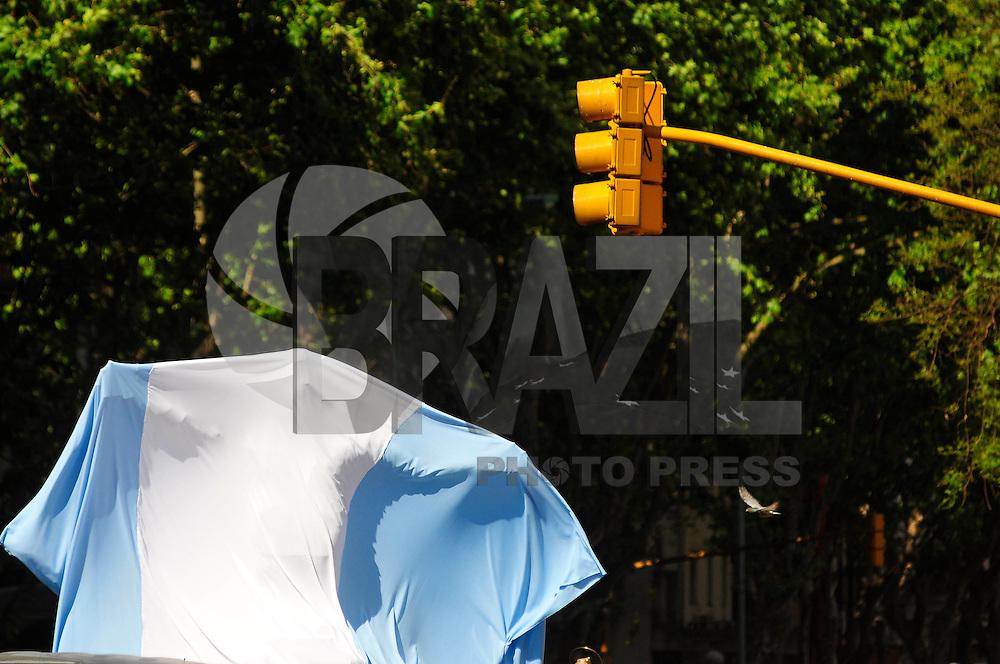 BUENOS AIRES, ARGENTINA, 26 DE OUTUBRO DE 2011 - BUSTO EM HOMENAGEM A NESTOR KIRCHNER - Estatua em homenagem ao ex presidente argentino Nestor Kirchner, feita em bronze é inaugurada em frente ao Congresso Nacional em Buenos Aires Capital da Argentina, nesta quarta-feira (26). Homenagem do artista Omar Gasparini e pelos mineiros da Província de Santa Cruz. Amanha dia 27 de outubro completa um ano da morte de Nestor Kirchner, vítima de um ataque cardíaco. (FOTO: PATRICIO MURPHY - NEWS FREE).