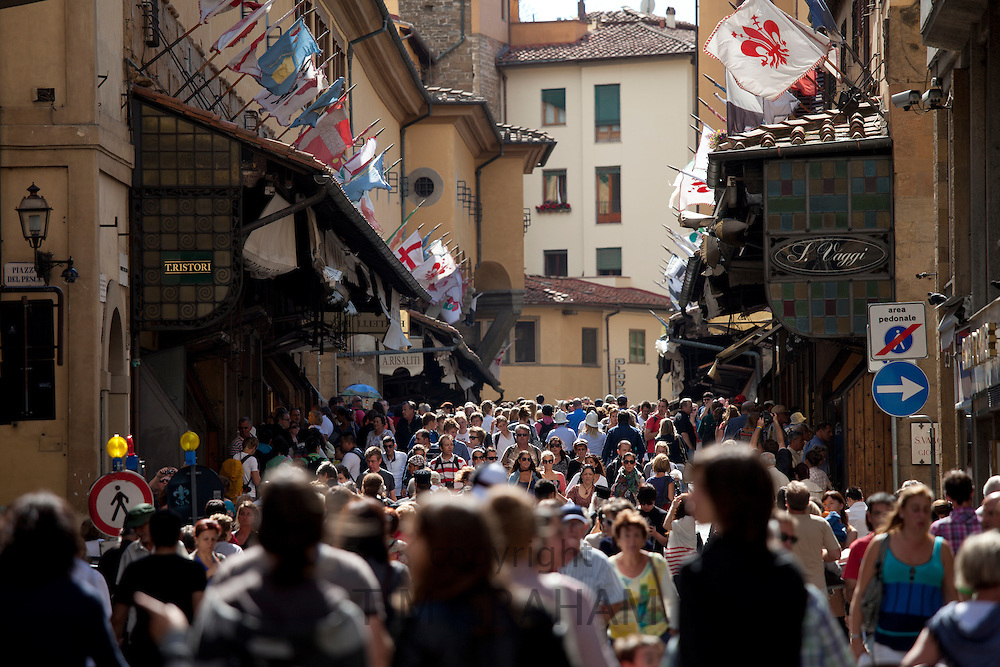 Crowds cross the Ponte Vecchio from the north side of the River Arno, Florence, Tuscany, Italy RESERVED USE - NOT FOR DOWNLOAD - FOR USE CONTACT TIM GRAHAM