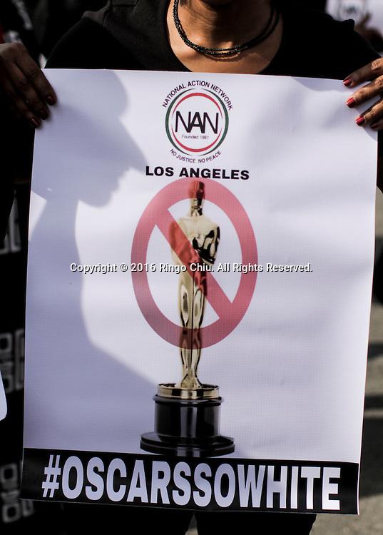 2月28日,一名示威者手持抗议牌。当日,在美国好莱坞奥斯卡金像奖颁发典礼附近,黑人民权牧师夏普顿领导示威者抗议好莱坞缺乏种族多样性。夏普顿还呼吁计画转播颁奖实况的电视台抵制转播。 新华社发(赵汉荣摄) A demonstrator holds a sign during a rally to protest the all-white slate of Oscar acting nominees and calling for more diversity in the entertainment industry, on Sunday February 28, 2016 in Los Angeles, the United States. (Xinhua/Zhao Hanrong)(Photo by Ringo Chiu/PHOTOFORMULA.com)<br /> <br /> Usage Notes: This content is intended for editorial use only. For other uses, additional clearances may be required.
