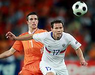 21-06-2008: Voetbal: Nederland-Rusland: Basel <br /> Konstantin Zyryanov en Robin van Persie<br /> Foto: Geert van Erven