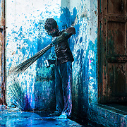 *legende* Célébration du festival des couleurs Holi au temple de Nandagaon  -Uttar Pradesh Inde. Des enfants jouent avec de la tinture bleue