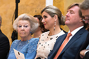 Zijne Majesteit de Koning reikt op donderdagochtend 18 mei de Appeltjes van Oranje uit op Paleis Noordeinde in Den Haag. De prijzen worden dit jaar toegekend aan drie sociale initiatieven die zich inzetten voor kwetsbare kinderen. <br /> <br /> His Majesty the King opens the Apples of Orange on Thursday morning 18 May at Noordeinde Palace in The Hague. The prizes are awarded this year to three social initiatives dedicated to vulnerable children.<br /> <br /> op de foto / on the photo: Prinses Beatrix met Koning Willem Alexander en Koningin Maxima // Princess Beatrix with King Willem Alexander and Queen Maxima