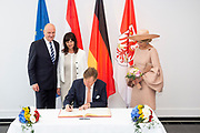 Werkbezoek van  Koning Willem Alexander en  Koningin Maxima aan de Duitse deelstaten<br /> Mecklenburg-Voor-Pommeren en Brandenburg.<br /> <br /> Working visit by King Willem Alexander and Queen Maxima to the German states of Mecklenburg-Western Pomerania and Brandenburg.<br /> <br /> Op de foto / On the photo: Gesprek met de minister-president van Brandenburg in de Staatskanzelei Brandenburg, Potsdam /// Interview with the Prime Minister of Brandenburg in the Staatskanzelei Brandenburg, Potsdam