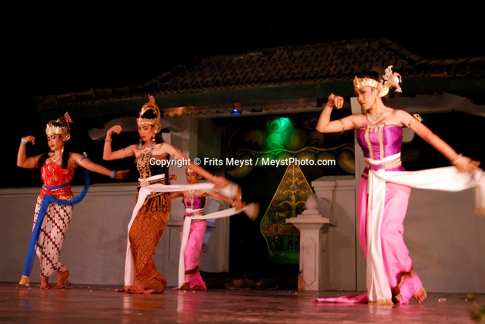 Yogyakarta, Java, Indonesia, October 2006. Javanese dancers perform the Royal dances. The island of Java is rich with culture, colorful friendly people, dutch colonial history and beautiful landscapes. Photo by Frits Meyst/Adventure4ever.com