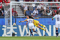2019?6?17?.    ?????????——F??????????.    6?16?????????????????????.    ???????????2019??????????F??????????3?0??????.    ?????????..(SP)FRANCE-PARIS-SOCCER-FIFA WOMEN'S WORLD CUP-USA VS CHI.Goalkeeper Christiane Endler (L) of Chile saves a shot during a Group F match between the united States and Chile at the 2019 FIFA Women's World Cup in Paris, France, June 16, 2019. The United States won 3-0. (Credit Image: © Xinhua via ZUMA Wire)