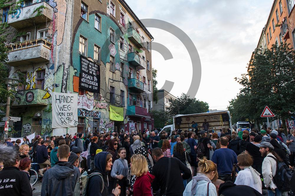 Demonstranten tanzen w&auml;hrend Demonstration auf dem Dorfplatz in der Rigaer Stra&szlig;e am 05.07.2016 in Berlin, Deutschland. Wegen des andauernden Polizeieinsatzes und der Teilr&auml;umung des besetzten Haus in der Rigaer Stra&szlig;e 94 gibt es in der Stra&szlig;e immer wieder Demonstrationen und Aktionen. Foto: Markus Heine / heineimaging<br /> <br /> ------------------------------<br /> <br /> Ver&ouml;ffentlichung nur mit Fotografennennung, sowie gegen Honorar und Belegexemplar.<br /> <br /> Bankverbindung:<br /> IBAN: DE65660908000004437497<br /> BIC CODE: GENODE61BBB<br /> Badische Beamten Bank Karlsruhe<br /> <br /> USt-IdNr: DE291853306<br /> <br /> Please note:<br /> All rights reserved! Don't publish without copyright!<br /> <br /> Stand: 07.2016<br /> <br /> ------------------------------