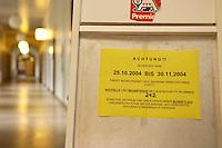 10 NOV 2004, BERLIN/GERMANY:<br /> Hinweisschilder zur Einschraenkung des Kundenverkehrs aufgrund der Bearbeitung von Artraegen fuer das Arbeitslosengeld II, Bezirksamt Neukoelln von Berlin, Rathaus Neukoelln<br /> IMAGE: 20041110-01-030<br /> KEYWORDS: Sozialamt, Hartz IV, Bekanntmachung, Notdienst, geschlossen