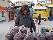 Verkaufsstand mit tiefgefrorenen Beeren auf dem Freiluft Markt im Zentrum von Jakutsk. Jakutsk hat 236.000 Einwohner (2005) und ist Hauptstadt der Teilrepublik Sacha (auch Jakutien genannt) im Foederationskreis Russisch-Fernost und liegt am Fluss Lena. Jakutsk ist im Winter eine der kaeltesten Grossstaedte weltweit mit durchschnittlichen Winter Temperaturen von -40.9 Grad Celsius. Die Stadt ist nicht weit entfernt von Oimjakon, dem Kaeltepol der bewohnten Gebiete der Erde.<br /> <br /> Stall with deep frozen berries on the Yakutsk outdoor fish market. Yakutsk is a city in the Russian Far East, located about 4 degrees (450 km) below the Arctic Circle. It is the capital of the Sakha (Yakutia) Republic (formerly the Yakut Autonomous Soviet Socialist Republic), Russia and a major port on the Lena River. Yakutsk is one of the coldest cities on earth, with winter temperatures averaging -40.9 degrees Celsius.