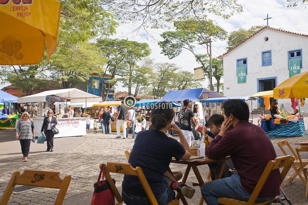 O municipio de Embu, considerado oficialmente uma estancia turistica, tambem conhecido como Embu das Artes. A Feira de Artes e Artesanato, nos finais de semana atrai muitos turistas. / Embu, also Embu das Artes, is a Brazilian city in the State of Sao Paulo.The Feira --fair-- de Artes and Artesanato of Embu  has been attracting tourists and revenues to the city ever since.