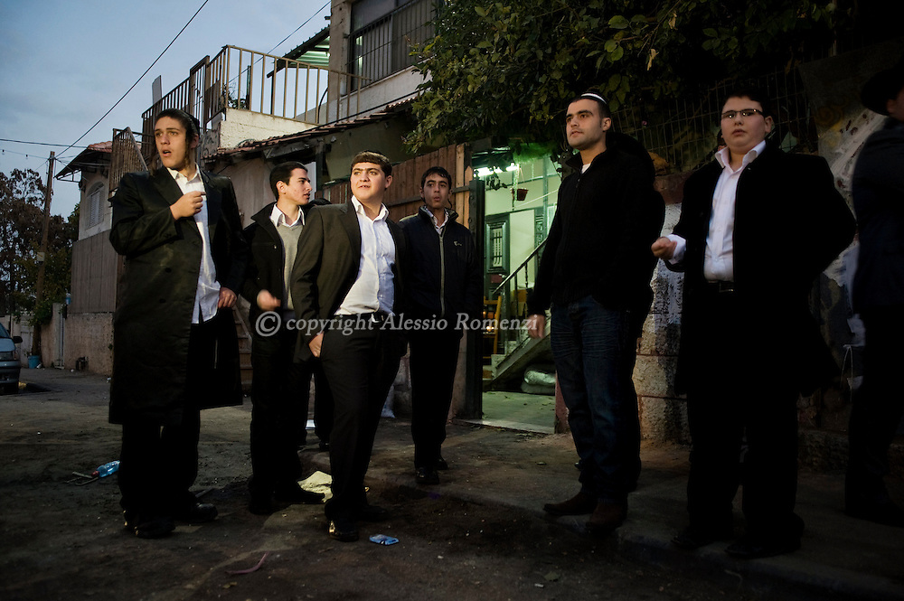 Jerusalem: A group of Israeli orthodox Jews stand in front of the disputed house in  Jerusalem's Sheikh Jarrah neighborhood at the beginning of the Shabbat on December 11, 2009..© ALESSIO ROMENZI