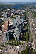 Nederland, Amsterdam, Zuideramstel, 12-05-2009; zicht op het financiele centrum van Amsterdam, de Zuidas, met de ringweg A10 en station Zuid/WTC (rechts in beeld). Onder in  beeld het hoofdkantoor van ABN-AMRO met links daar achter twee torens van het wooncomplex Gershwin. Langs de A10 het complex Mahler 4, links in de verte de Vrije Universiteit met academisch ziekenhuis VU en het water van de Nieuwe Meer. Er zijn plannen om snelweg en de spoorlijn te overkluizen of ondertunnelen en dit 'dokmodel' zou door een publiek private samenwerking gerealiseerd moeten worden. Air view on buildings the financial center of Amsterdam, the Zuidas, the ring road A10 (r). Swart collectie, luchtfoto (toeslag); Swart Collection, aerial photo (additional fee required).foto Siebe Swart / photo Siebe Swart