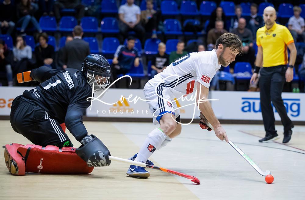 ROTTERDAM  - NK Zaalhockey . finale heren: SCHC-Amsterdam (2-2, SCHC wint shoot-outs) . Robert Tigges (adam) stuit op keeper Matthijs Odekerken (SCHC) tijdens de shoot-outs.COPYRIGHT KOEN SUYK