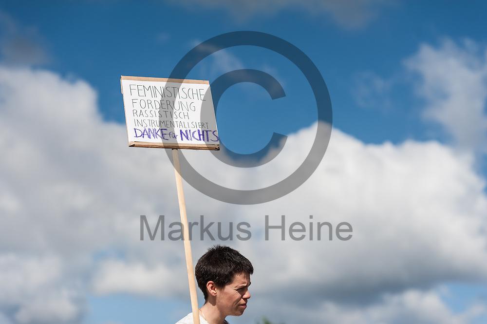 &quot;Feministische Forderung rassistisch Instrumentalisiert Danke f&uuml;r nichts&quot; steht w&auml;hrend der Kundgebung Nein Heisst Nein am 07.07.2016 in Berlin, Deutschland auf dem Schild einer Teilnehmerin. Heute wird im Bundestag &uuml;ber den Gesetzesentwurf zum Sexualstrafrecht diskutiert und abgestimmt. Foto: Markus Heine / heineimaging<br /> <br /> ------------------------------<br /> <br /> Ver&ouml;ffentlichung nur mit Fotografennennung, sowie gegen Honorar und Belegexemplar.<br /> <br /> Bankverbindung:<br /> IBAN: DE65660908000004437497<br /> BIC CODE: GENODE61BBB<br /> Badische Beamten Bank Karlsruhe<br /> <br /> USt-IdNr: DE291853306<br /> <br /> Please note:<br /> All rights reserved! Don't publish without copyright!<br /> <br /> Stand: 07.2016<br /> <br /> ------------------------------
