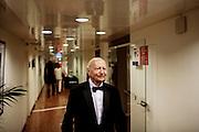 Gil Jacob dans les couloirs se dirige vers le tapis rouge  pendant le Festival de Cannes
