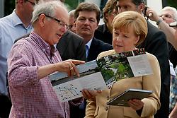 Bundeskanzlerin Angela Merkel besucht Hitzacker während des Elbhochwassers 2013 in Lüchow-Dannenberg. Hier im Gespräch mit Hitzackers Museumsdirektor Klaus Lehmann<br /> <br /> Ort: Hitzacker<br /> Copyright: Karin Behr<br /> Quelle: PubliXviewinG