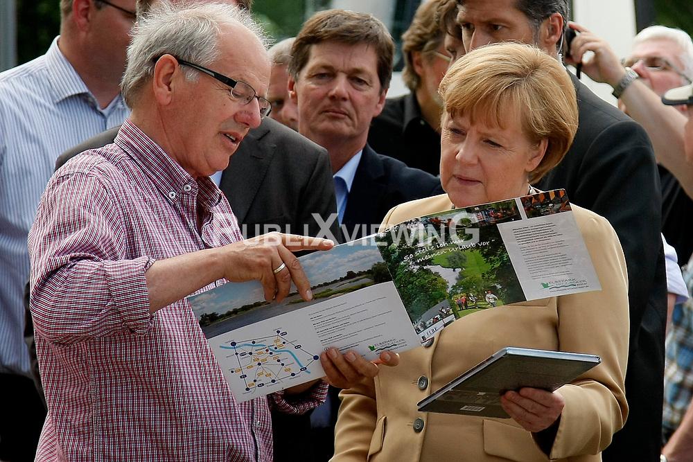 Bundeskanzlerin Angela Merkel besucht Hitzacker w&auml;hrend des Elbhochwassers 2013 in L&uuml;chow-Dannenberg. Hier im Gespr&auml;ch mit Hitzackers Museumsdirektor Klaus Lehmann<br /> <br /> Ort: Hitzacker<br /> Copyright: Karin Behr<br /> Quelle: PubliXviewinG