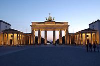 22 APR 2003, BERLIN/GERMANY:<br /> Brandenburger Tor, abends, beleuchtet nach Sonnenuntergang<br /> IMAGE: 20030422-02-005<br /> KEYWORDS: Nachtaufnahme, Abend, Nacht