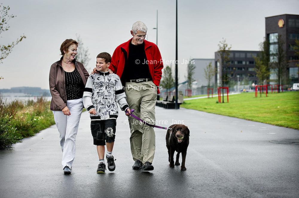 Nederland, Amsterdam , 26 augustus 2011.. Pleegouders René Kieft (64) en Trix Reijn (63), en hun vakantiepleegzoon Raphaëllo (10) en hond Bella maken een wandelingetje langs Overhoeks in Amsterdam Noord..Foto:Jean-Pierre Jans