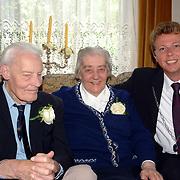 NLD/Huizen/20070509 - 60 Jarig huwelijk fam. Berkelaar Rijsbergenweg 26 Huizen, burgemeester van Gils op bezoek