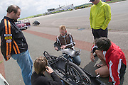 Teamleden van Cygnus bekijken de VeloXX van Daniel Fenn. Het Nederlandse team van Cygnus test op de testbaan van de RDW in Lelystad de fiets waarmee ze een record willen gaan rijden.<br /> <br /> Team members of Cygnus are watching Daniel Fenn's VeloXX. Team Cygnus is testing their bike to break the world record at the test track in Lelystad.