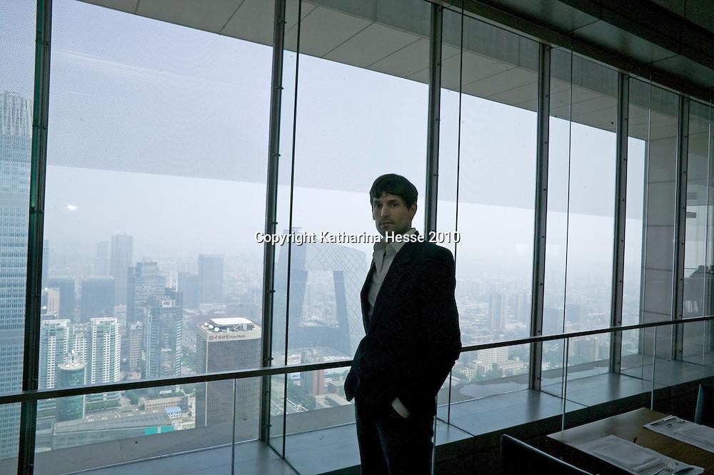 BEIJING ,  den, 14.6. 2010 : Architekt Ole Scheeren  mit dem neuen CCTV Tower  rechts im Hintergrund .