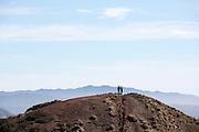Een stelletje staat op een top van Twin Peaks in San Francisco. De Amerikaanse stad San Francisco aan de westkust is een van de grootste steden in Amerika en kenmerkt zich door de steile heuvels in de stad.<br /> <br /> A couple stands at a summit of Twin Peaks in San Francisco. The US city of San Francisco on the west coast is one of the largest cities in America and is characterized by the steep hills in the city.