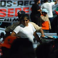 Toluca, Mex.- Antorchistas de Chimalhuacán se manifestaron sobre la avenida Hidalgo y frente a la delegación de la Secretaría de Desarrollo Económico (Sedesol) para exigir el cumplimiento de los programas federales en esta localidad. Agencia MVT / José Hernández. (DIGITAL)<br /> <br /> <br /> <br /> NO ARCHIVAR - NO ARCHIVE