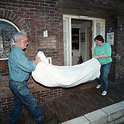 Hindelooper poppen in lakens arriveren bij het Huizer Klederdrachtmuseum