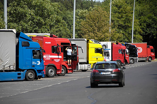 Duitsland, A3, 30-5-2011Op een parkeerplaats staan verschillende vrachtwagens uit diverse landen van Europa, vooral uit oost europa. De chauffeurs nemen hun verplichte rusttijd.In a parking lot are several trucks from various countries of Europe, especially from the new countries, eastern europe. The riders take their mandatory rest period.Foto: Flip Franssen/Hollandse Hoogte