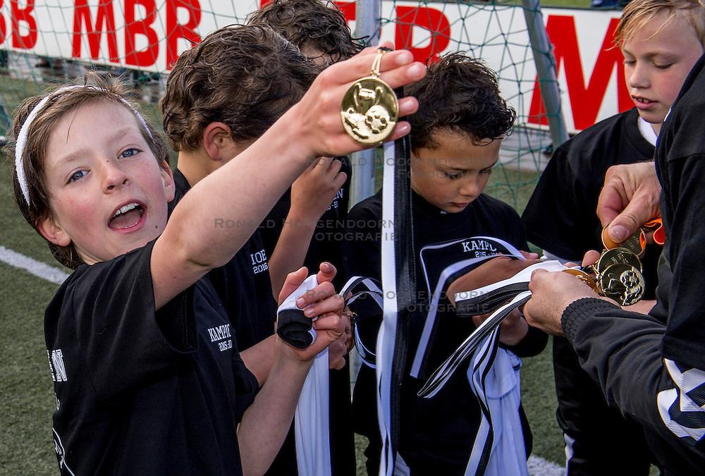 23-04-2016 NED: Jeugdvoetbal vv Maarssen F1 - DOSC F1, Maarssen<br /> De F1 van Maarssen wint met 3-1 en door de overwinning zijn zij kampioen van de 1e klasse geworden / Pepijn