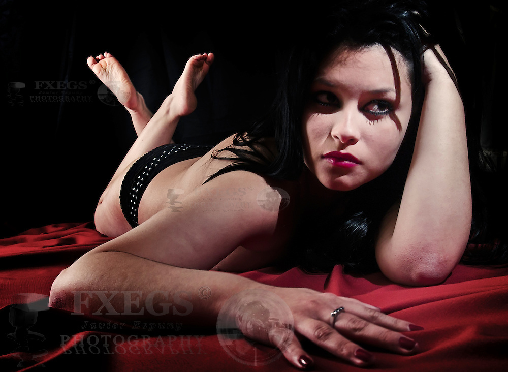 Retrato de mujer joven posando semidesnuda tumbada sobre una tela. Sesión en Valparaíso, Chile.