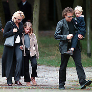 Begrafenis oma Leontine Ruiters, Leontine en Marco kinderen zus Laura