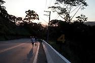 SP-RJ, BRASIL, 20/07/2010, 17h08m: Camila de Araujo Nicolau e Gabriel Gargiulo Pacca em fotos posadas do percurso de ultramaratona Nike 600K. Local da foto: Serra_de_Maresias.  (foto: Caio Guatelli)