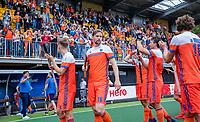 Den Bosch  - Oranje bedankt het publiek   na   de Pro League hockeywedstrijd heren, Nederland-Belgie (4-3). midden Mirco Pruijser (Ned)     COPYRIGHT KOEN SUYK