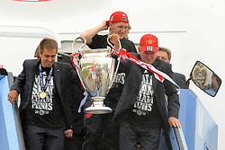 26.05.2013, Flughafen, Muenchen, GER, UEFA Champions League, Ankunft FC Bayern Muenchen, im Bild 26.05.2013, Flughafen, Muenchen, GER, UEFA Champions League, Ankunft FC Bayern Muenchen, im Bild Die Mannschaft des FC Bayern Muenchen bei der Ankunft am Flughafen Muenchen. Im Bild Philipp LAHM (FC Bayern Muenchen) und Trainer Jupp HEYNCKES (FC Bayern Muenchen) // during arrival of FC Bayern Munich // after the UEFA Champions League final match at the Airport Munich, Germany on 2013/05/26. EXPA Pictures © 2013, PhotoCredit: EXPA/ Eibner/ Wolfgang Stuetzle..***** ATTENTION - OUT OF GER *****