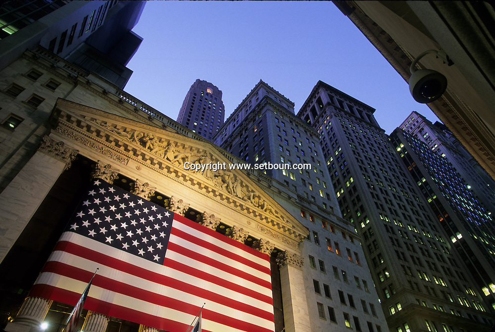 Stock exchange, covered with a giant american  Flag wall street in Manhattan  New york  Usa ///  La Bourse couverte d'un immense drapeau americain, wall street  a Manhattan  New york  USA ///  L0006732  /  P104819