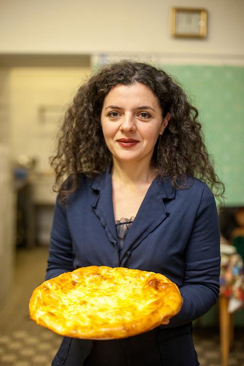 Managerin Lela Kukava aus Georgien mit einer Spezialität aus ihrer Heimat (Teig gefüllt mit Schafskäse) in der Küche des Ethnocatering Service in Prag.