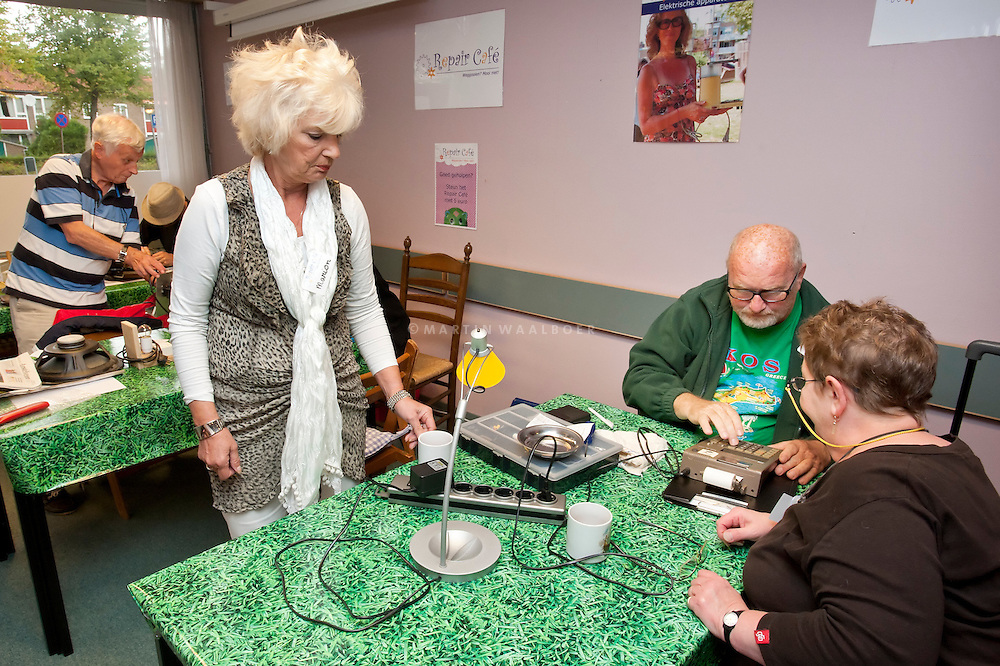 As an answer to our throw-away society, you can now have your things fixed for free instead of throwing them out. At Repair Cafe volunteers repair electric appliances, clothing, and lots more.