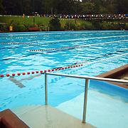 Zwemvierdaagse 2002 Huizen, zwemmers verlaten met spoed bad in verband met onweer, leeg zwembadt