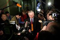 10 DEC 2003, BERLIN/GERMANY:<br /> Roland Koch, CDU, Ministerpraesident Hessen, im Gespraech mit Journalisten, waehren der Sitzung des Vermittlungsausschusses, Bundesrat<br /> IMAGE: 20031210-01-064<br /> KEYWORDS: Journalist, Kamera, Camera, Mikrofon, microphone