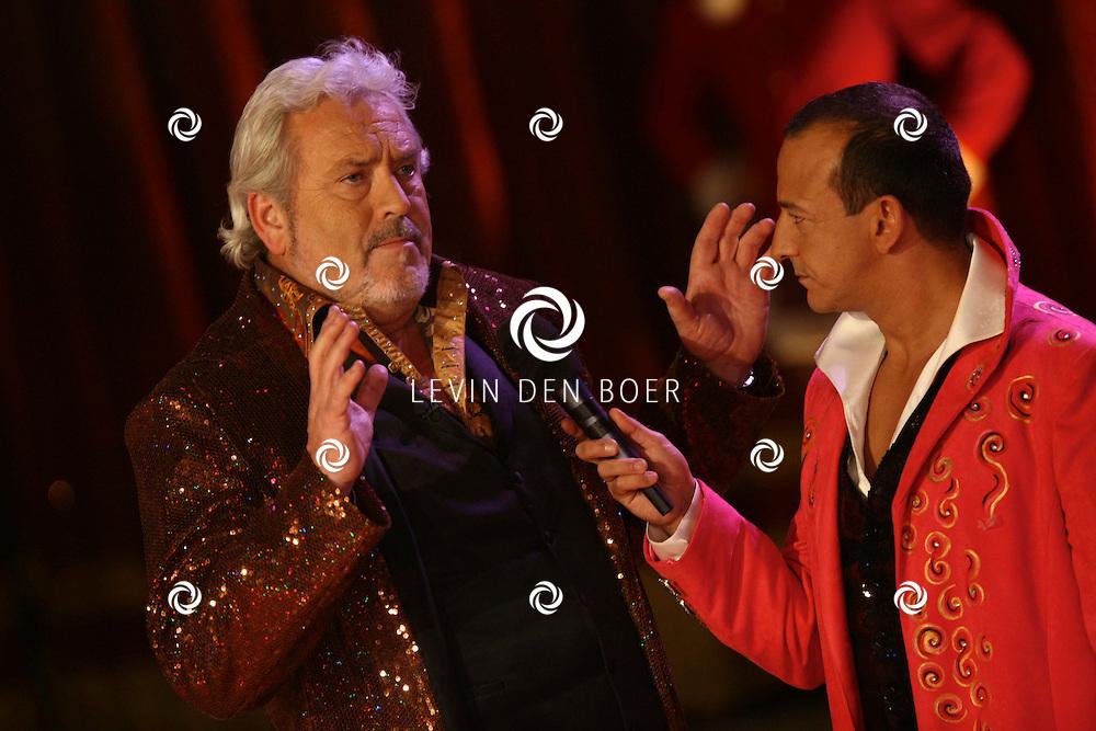 HELMOND - In de tent van Circus Herman Renz werden de opnames van de RTL4 KidsRights KerstSterrenCircus opgenomen. Met op de foto Najib Amhali en Ernst Daniel Smid. FOTO LEVIN DEN BOER / PERSFOTO.NU