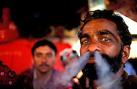 "Pakistan - La fête des soufis - Province du Sind et du Balouchistan - Pélerinage soufi de Lahoot - Un Malang fume son Shilum rempli de ""sharas"" nom local du hashish // Pakistan, Sind, sufi pilgrimage of Lahoot,"