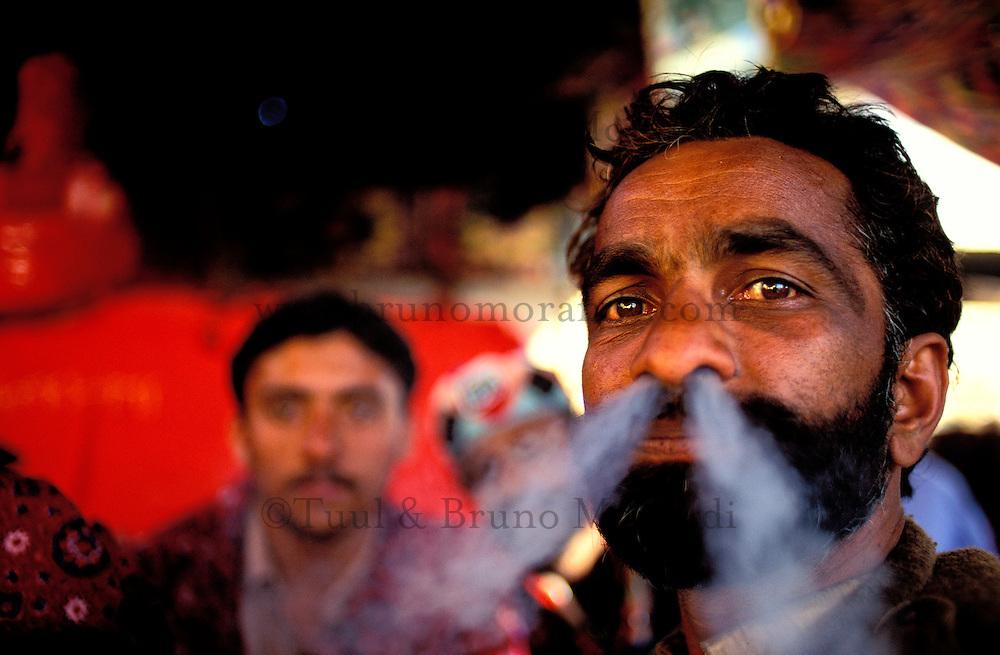 """Pakistan - La fête des soufis - Province du Sind et du Balouchistan - Pélerinage soufi de Lahoot - Un Malang fume son Shilum rempli de """"sharas"""" nom local du hashish // Pakistan, Sind, sufi pilgrimage of Lahoot,"""