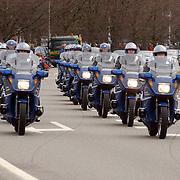 Overbrengen overleden prinses Juliana van paleis Soestdijk naar Noordeinde, motorrijders Koninklijke Mareschaussee, ere escorte