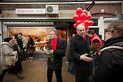 Een studente discussieert met Job Cohen over de bezuinigingen op het onderwijs. Cohen voert samen met Marleen Barth en Bert de Vries (rechts van Cohen) voor de PvdA campagne in Utrecht voor de Provinciale Statenverkiezingen.<br /> <br /> A student is having a discussion about the cuts in the education with Job Cohen, leader of the Dutch Labour Party PvdA. The PvdA is campaigning for the next elections.