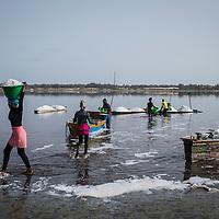 L'immersion dans l'eau du lac provoque des avortements dus à la trop haute concentration de sel, les femmes travaillent donc sur la rive faisant des aller-retour avec des bassines sur la tête entre les barques et la plage.